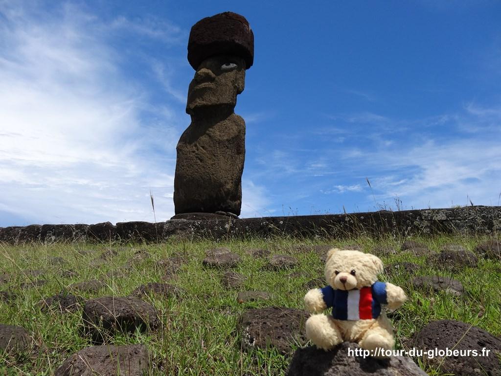 Chili - Ile de Pâques - Charlie prend la pose devant un moaï