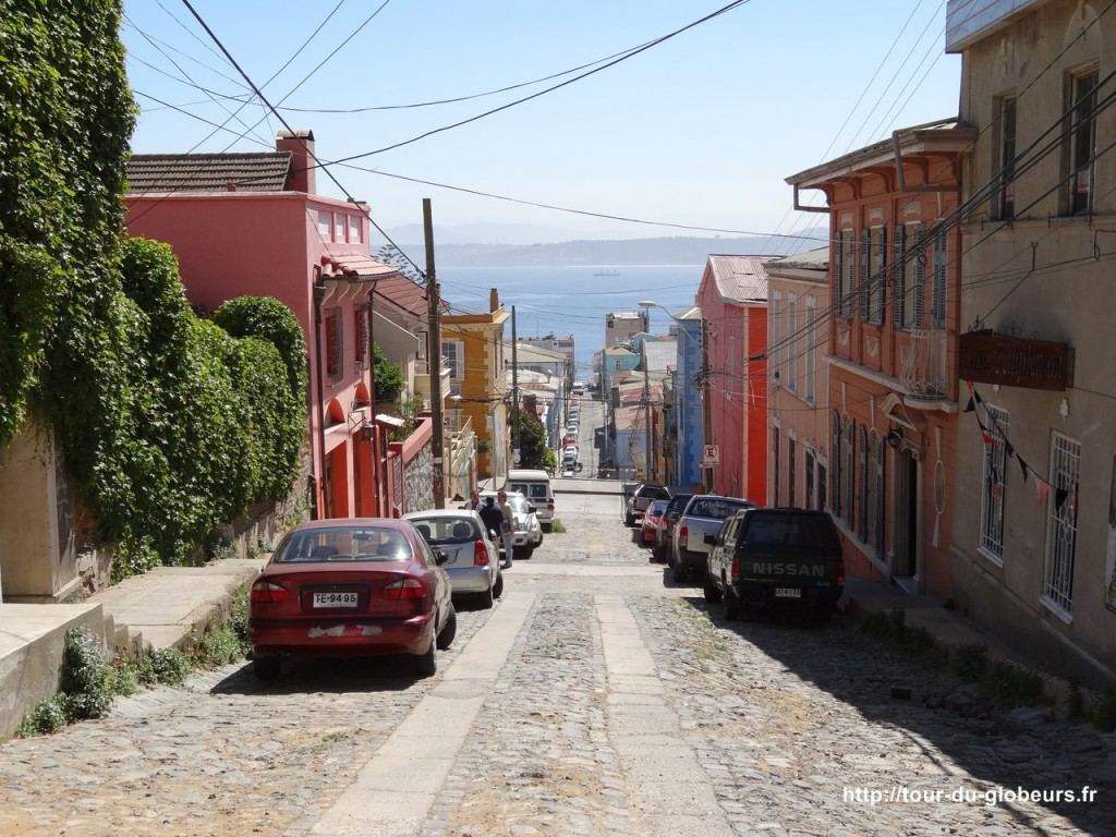 Chili - Valparaiso - Rue qui descend vers la baie
