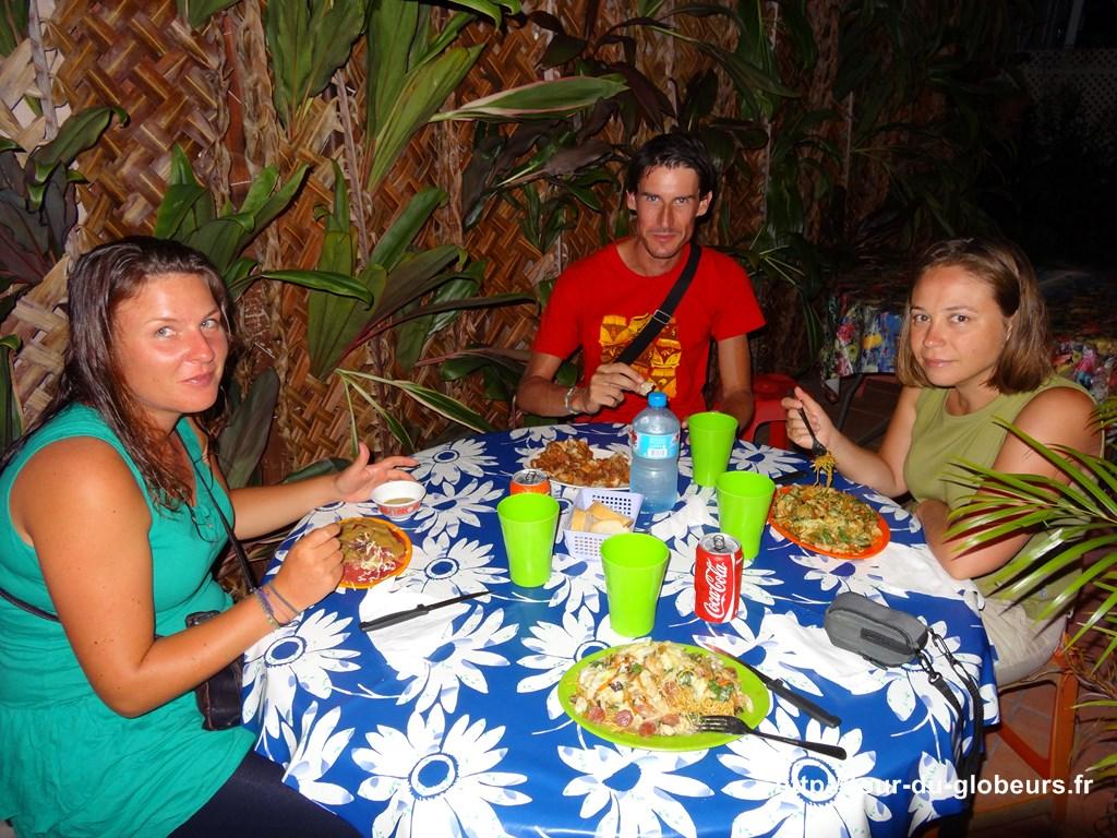 Huahine - Repas à la roulotte avec des tour-du-mondistes : Martin et Jolanda