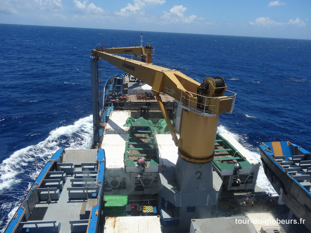 Aranui en mer - Vue de la passerelle et les grues au premier plan