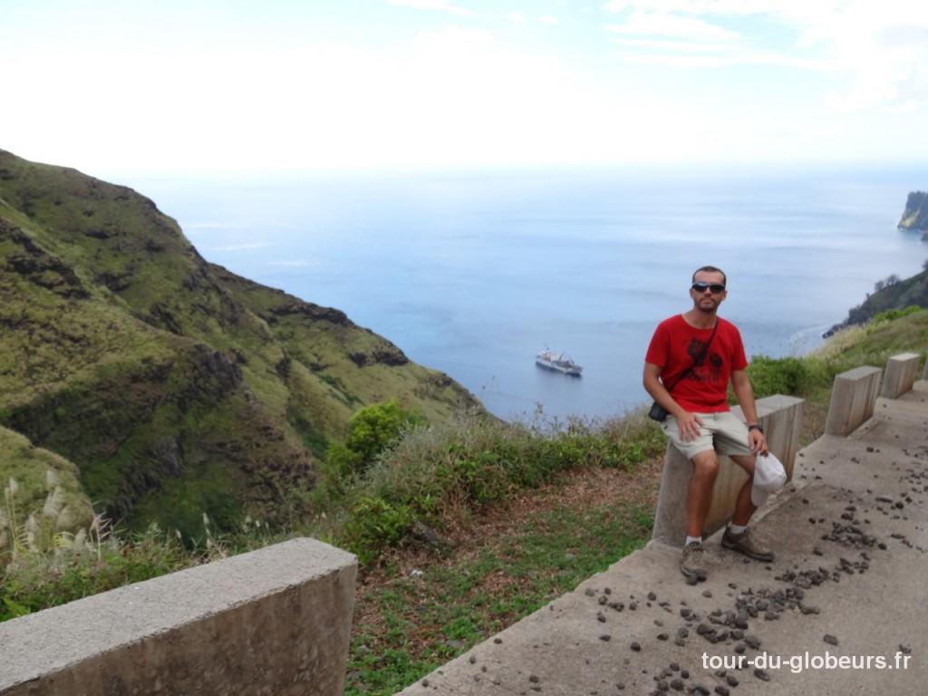 Marquises - Fatu Hiva - Arrivée à Hanavave avec l'Ara Nui en arrière plan