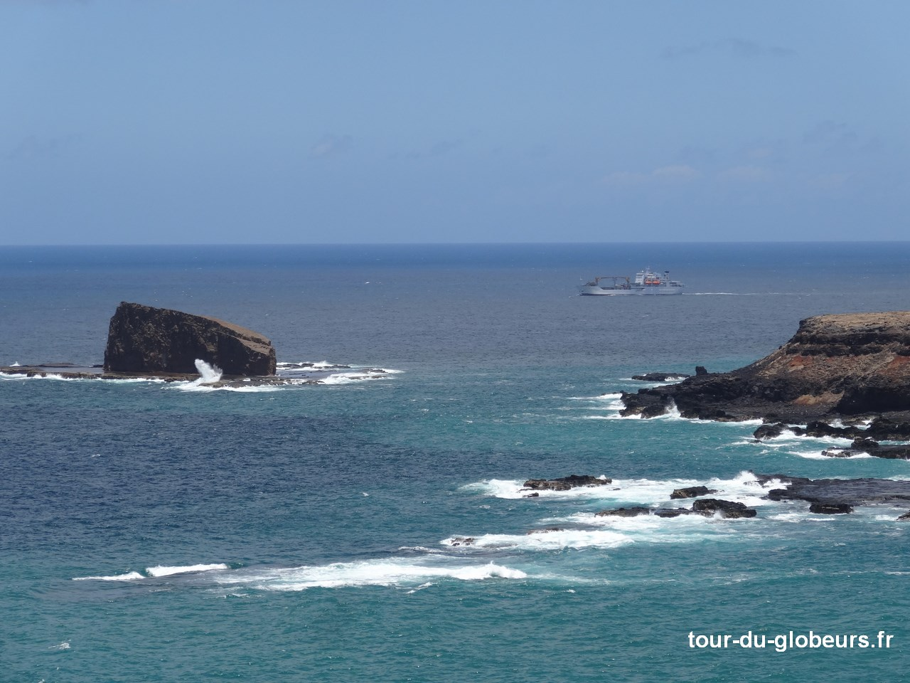 Marquises - Ua Huka - Aranui en arrière plan