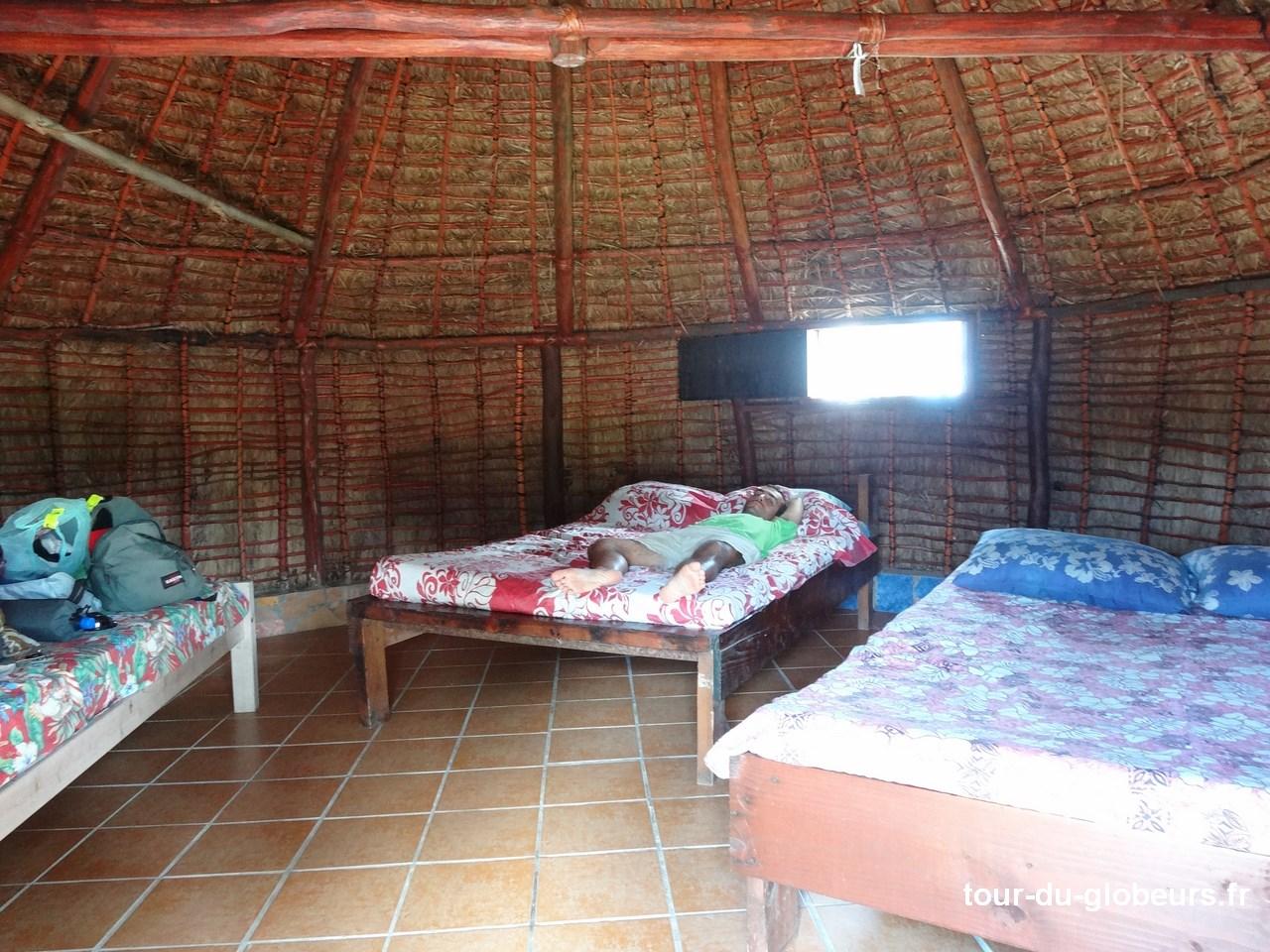 Nle-Calédonie - Lifou - Hébergement hutte intérieur