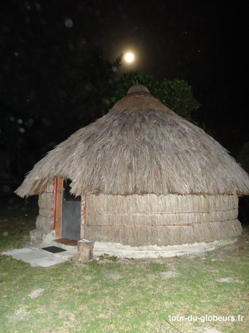Nle-Calédonie - Lifou - Hébergement hutte extérieur